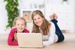 mutter und kind mit laptop zu hause