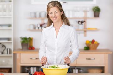 frau bereitet salat zu