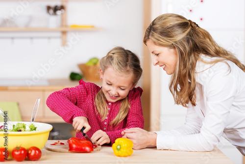 kind lernt paprika schneiden