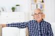nachdenklicher älter mann zu hause