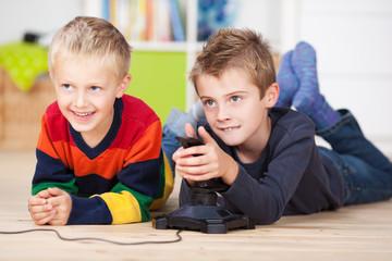 zwei jungen spielen videospiel