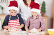 familie backt plätzchen zu weihnachten
