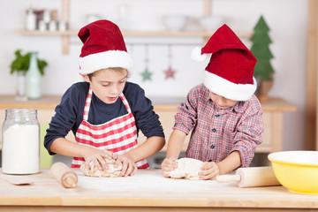 zwei süße jungen backen plätzchen zu weihnachten