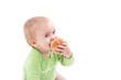 Kleiner Bub isst einen Krapfen