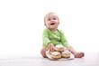 Kind freut sich über einen Teller mit Krapfen