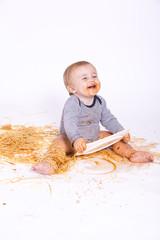 Baby isst Spaghetti mit Tomatensauce :-)