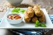 Soja-Gemüse-Röllchen mit scharfem Dip