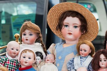 Puppenfamilie auf Flohmarkt