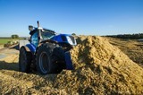 Maisernte für Biogasanlage, Silage verteilen