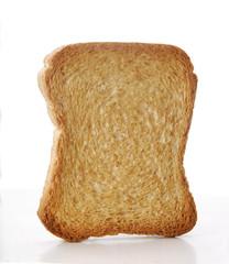 Rebanada de pan en fondo blanco.