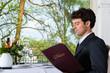 Geschäftsmann beim Essen in Restaurant