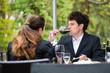 Geschäftsleute trinken Wein in Restaurant