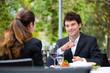 Geschäftsleute beim Essen in Restaurant