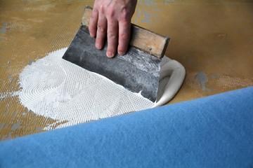 Auftragen von Teppichkleber