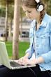 Teenager mit Laptop im Stadtpark