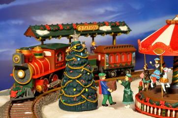 Weihnachtsmarkt mit Karussell und Paketbote