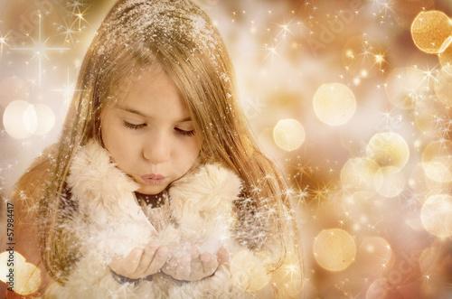 Mädchen mit Schneeflocken