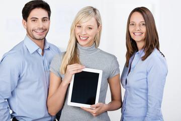geschäftsleute zeigen infos am tablet
