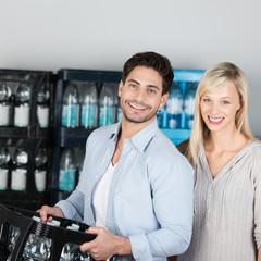 paar kauft eine kiste wasser