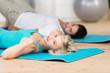 mann und frau machen übungen im fitness-studio