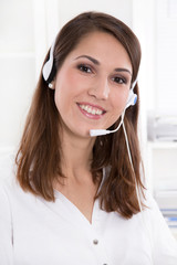 Frau an der Hotline - Frau mit Headset im Call-Center