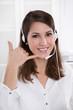 Telefonverkauf oder Telefonmarketing - jung Frau mit Headset