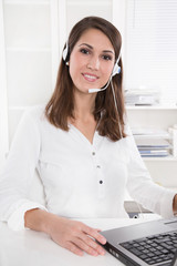 Junge Frau am Telefon - weiße Kleidung - Arzthelferin