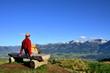 Wanderer mit Aussicht auf Berge und Tal