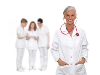 Ärztin mit Team im Hintergrund