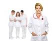 Ärztin mit Stethoskop und Personal
