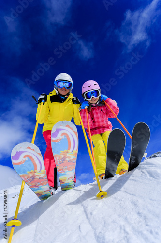 Spoed canvasdoek 2cm dik Wintersporten Ski and fun - skiers enjoying ski holiday