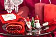 Weihnachtlich gedeckter Tisch mit Weihnachtsfiguren aus Glas
