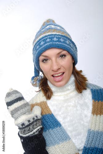 canvas print picture Sprechende junge Frau mit Winterkleidung