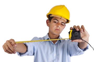 hombre con casco y metro de medir