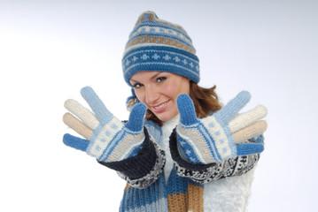 Lächelnde junge Frau mit Winterkleidung und Handschuh