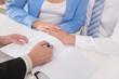 Leinwanddruck Bild - Junges Paar beim Steuerberater oder beim Anwalt - Ehevertrag