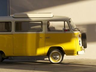 Gelber Campingbus aus den Siebziger Jahren bei Bodrum