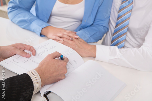 Leinwanddruck Bild Junges Paar beim Steuerberater oder beim Anwalt - Ehevertrag