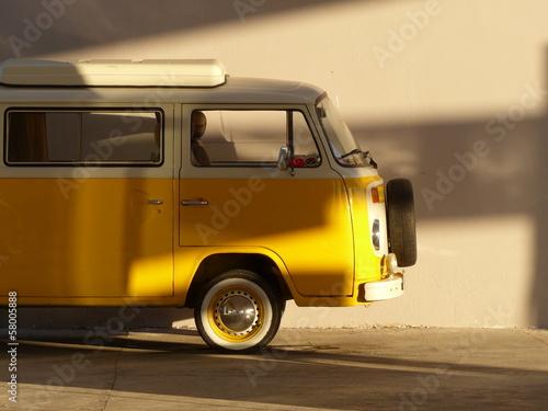 Altes gelbes Wohnmobil der Siebziger Jahre im Sonnenschein an einer Tankstelle am Ägäischen Meer in der Türkei