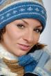 canvas print picture - Lächelnde junge Frau mit Winterkleidung