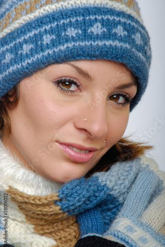 canvas print picture Lächelnde junge Frau mit Winterkleidung