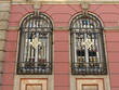 Vergitterte Fenster an einer Altbaufassade in Istanbul Eminönü