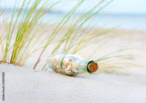 Flaschenpost  im Sand