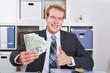 Geschäftsmann mit Geld hält Daumen hoch
