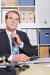 Nachdenklicher Geschäftsmann am Schreibtisch