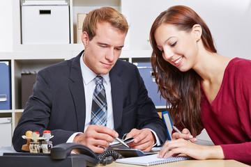 Frau bei Finanzberatung