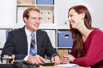 Frau bei einem Beratungsgespräch für eine Versicherung