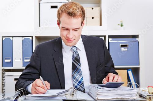 Buchhalter bei Steuerprüfung im Büro