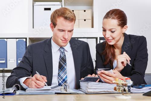Geschäftsmann und Sekretärin im Büro