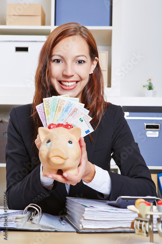 Geschäftsfrau mit Sparschein und Euroscheinen